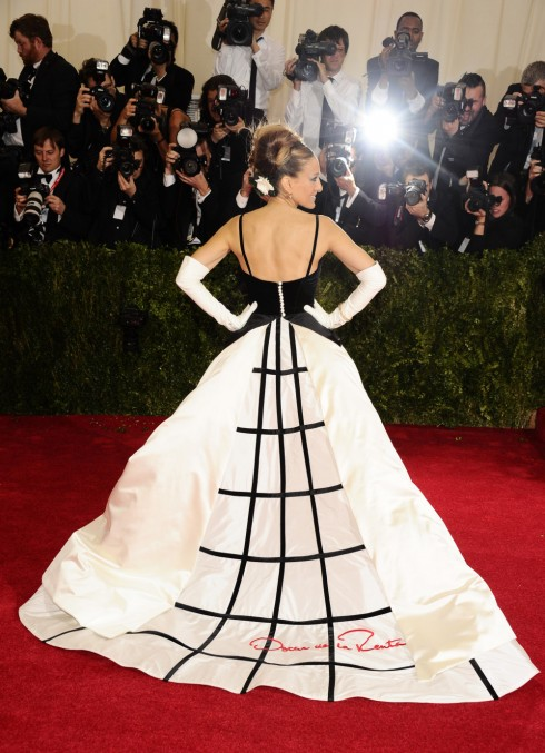 Diễn viên Sarah Jessica Parker thu hút mọi ống kính tại Met Gala 2014 trong chiếc đầm dạ hội có chữ ký trứ danh của Oscar ở phần đuôi váy.<br/>Sarah Jessica Parker attends The Metropolitan Museum of Art's Costume Institute benefit gala celebrating