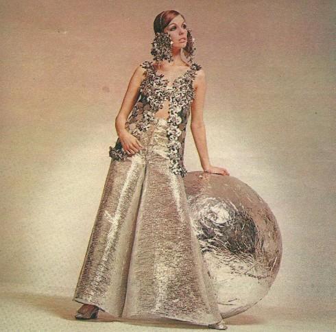 Chiếc đầm ánh kim loại của Paco Rabanne