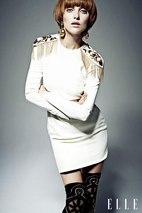 Đầm và bốt Versace, Hoa tai vàng và nhẫn Bulgari