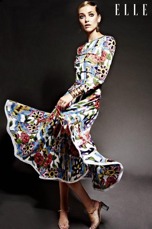 Đầm và giày Chanel, Hoa tai RJ Graziano, Nhẫn vàng Repossi, Vòng tay vàng RJ Graziano