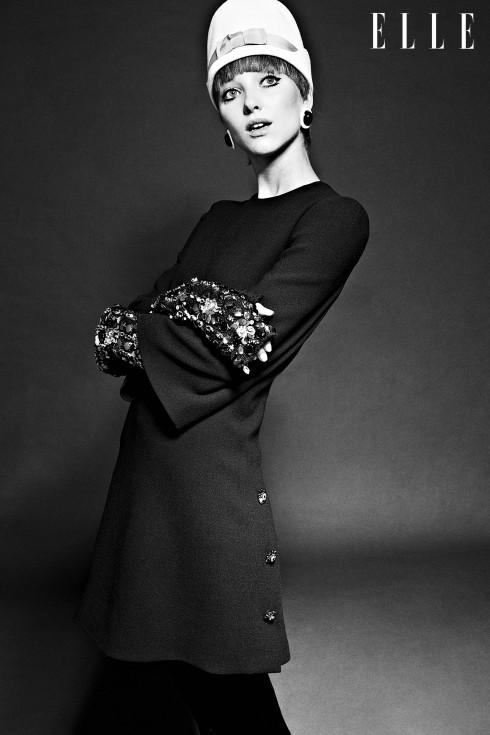 Đầm và găng tay Dolce & Gabbana, Hoa tai Kenneth Jay Lane, Mũ DsQuared 2
