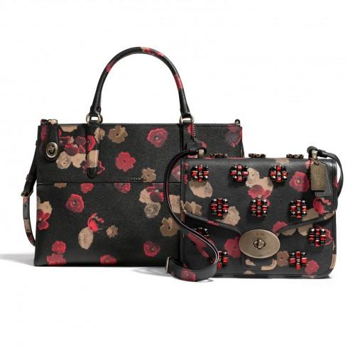 Túi Coach – Florals Hoa cỏ bây giờ không còn chỉ dành cho mùa xuân nữa. Trên tông đen, họa tiết in trên chất liệu  Crossgrain bền, dễ lau chùi.Mang đến cái nhìn mới sắc nét trên từng sản phẩm, cho phép bạn có thể thoải mái mang theo trong cả mùa thu đông.