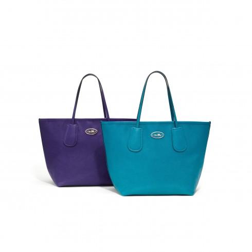 Túi Coach Taxi Tote – tiện dụng, chứa được nhiều đồ, dễ lau chùi và chống nước. Rất phù hợp cho quý cô hay phải di chuyển.
