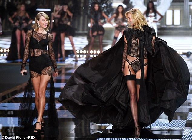 Taylor Swift va Karlie Kloss c·ng di_n trang ph_c ren =en g_i c_m