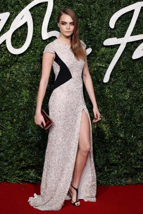 Người mẫu của năm Cara Delevingne trong bộ váy của Burberry