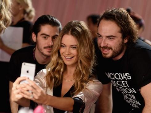 Cô nàng còn chụp hình selfie cùng đội ngũ sản xuất