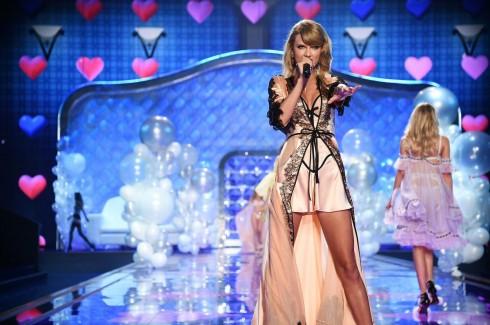 Taylor Swift biểu diễn trong chương trình với trang phục của Victoria's Secret