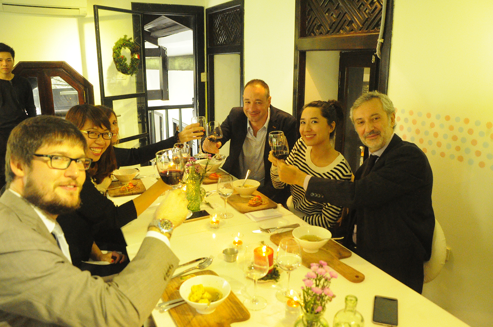 Chi Anh - CEO của KAfe cùng những người bạn Ý thân thiết (từ trên xuống - phải sang trái): Riccardo Papa - người sáng lập Gelato Italia, ngài Lorenzo Angeloni - Đại sứ Cộng hòa Dân chủ Ý tại Việt Nam, Fabio - nhân viên Đại sứ quán, bà Natalia Sanginiti