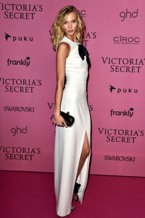 Karlie Kloss dịu dàng với váy trắng xẻ cao Alexander McQueen