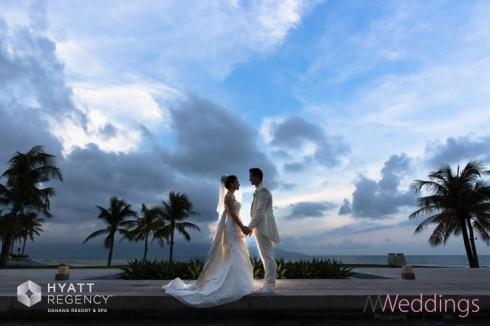 Cặp đôi hạnh phúc bên bờ biển trong ngày cưới