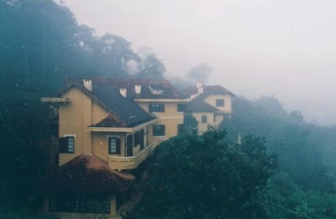 Ngôi nhà trong sương như chứa đựng những giấc mơ cổ tích của con