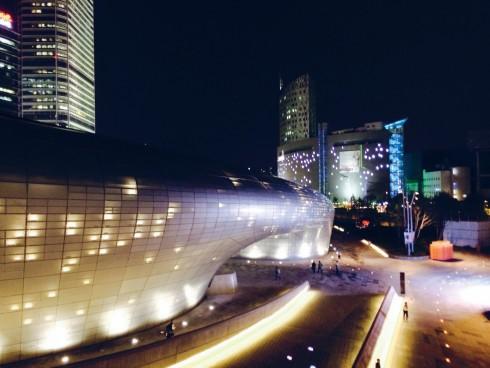 Dongdaemun Design Plaza nhìn từ bên ngoài