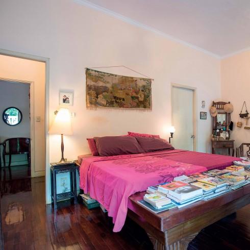Màu đỏ tía của tấm khăn phủ trở thành điểm nhấn trong căn phòng toàn gỗ nâu, như lời tuyên bố về tinh thần không ngại thử nghiệm cái Mới.