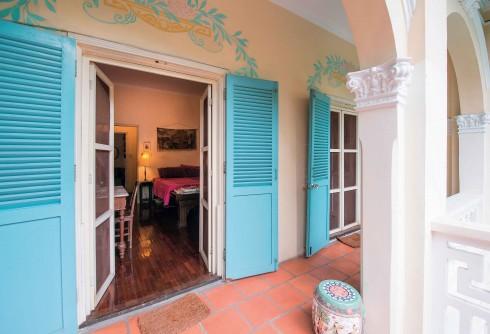 Màu sơn cửa và những họa tiết vẽ phía trên được làm mới, nhưng giữ nguyên tinh thần của ngôi nhà cách đây gần trăm năm.