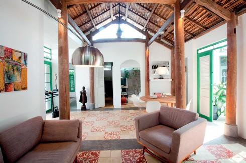 Ngôi nhà tận dụng nguồn sáng tự nhiên với những cánh cửa rộng mở và phần chái nhà để thông suốt.