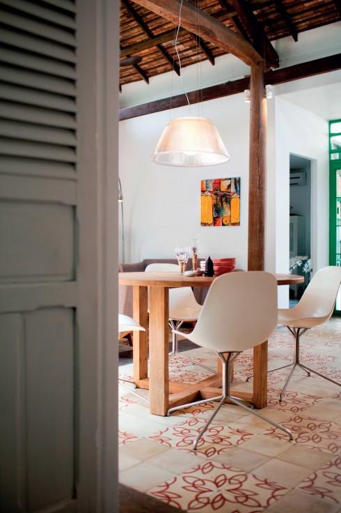 Những sản phẩm nội thất hiện đại được kết hợp hài hòa với phần nền châu Á xưa tạo ra cá tính cho phòng khách.