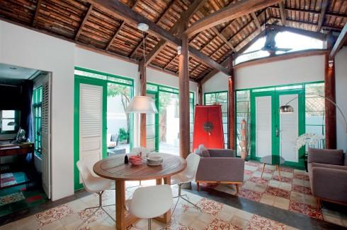 Ngôi nhà lấy cảm hứng từ nhà cổ Hội An và Hà Nội, với cột chống và các thanh dầm bằng gỗ tự nhiên.