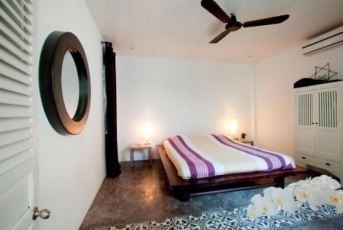 Phòng ngủ rộng sử dụng màu trắng và những món đồ nội thất tối giản