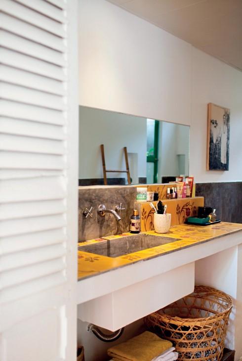 Phòng tắm có chung tông màu vàng và trắng như căn bếp với những món đồ rất Việt Nam