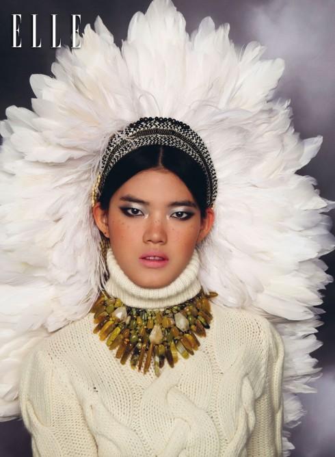 Màu bạc và đen là những gam màu phổ biến nhất mùa lễ hội cuối năm. Tán màu bạc khắp bầu mắt, nhấn trắng bạc ở góc mắt để đôi mắt to hơn. Kẻ mắt nước cả hai mí trên và mí dưới theo xu hướng hình học sắc sảo. Môi nude để cân bằng.<br/>Áo len BALLY<br> Dây đeo cổ THỦY DESIGN HOUSE<br> Nón lông trắng VÕ CÔNG KHANH
