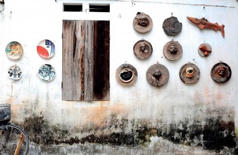 Gốm, quả thực, như phần hồn của làng Bát Tràng. Gốm không chỉ là kế sinh nhai của người dân làng mà còn sống trong chính đời sống tinh thần của họ.