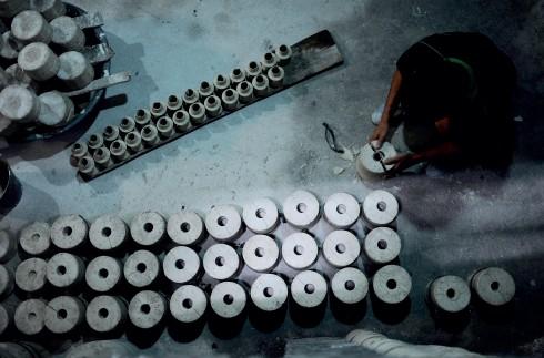 Ít ai biết nhiều xưởng gốm ở Bát Tràng đã phải đóng cửa vì không có đầu ra. Nhưng người làng Bát Tràng nói rằng họ không thể bỏ nghề bởi gốm là cái hồn của làng.