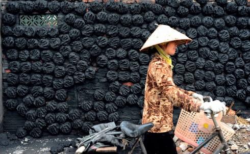 Những bức tường bám than đen như thế này vốn là hình ảnh quen thuộc ở làng Bát Tràng nhưng giờ lại khá hiếm hoi. Đa số các xưởng gốm ở làng đều chuyển sang sử dụng lò nung gas thay vì lò nung bằng than.