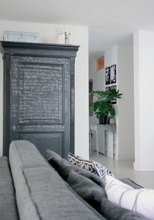 Trong phòng khách còn có chiếc sofa màu xám từ Ikea và một chiếc tủ học sinh cũ được tận dụng lại.