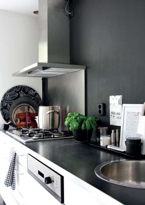 Bếp và phòng ăn: Sàn bếp từ Vtwonen Loft Laminaat Lò nướng, chậu rửa, máy rửa bát, mặt bếp từ Ikea