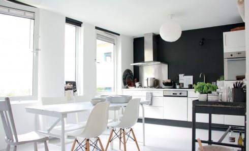 việc kết hợp màu sắc đối lập như đen - trắng giúp căn nhà có chiều sâu và không bao giờ lỗi thời.