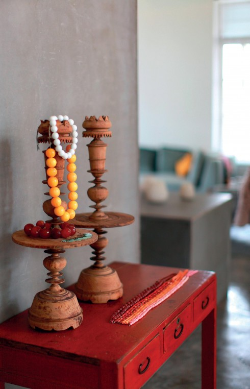 Những chiếc trụ đèn bằng gỗ mộc mạc được biến thành nơi treo đồ trang sức.