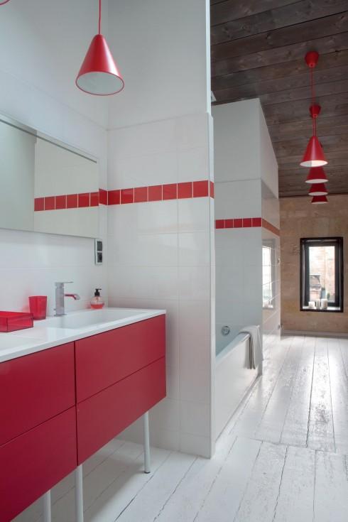 """Khu vực nhà tắm được nhấn """"tương phản"""" với toàn bộ ngôi nhà, tạo cảm giác hiện đại, vui tươi."""