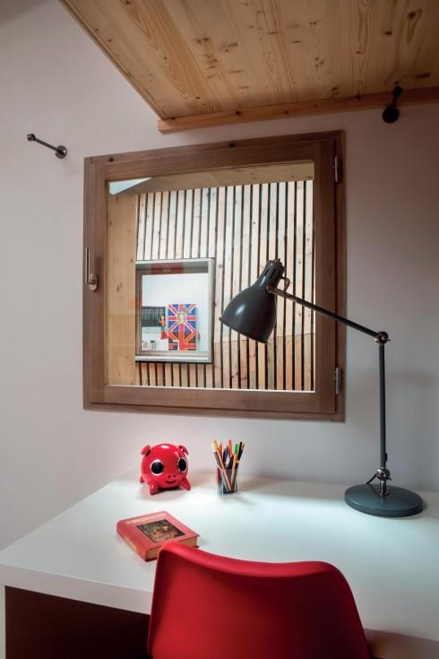 Đồ gỗ thô mộc và công nghiệp đứng chung hài hòa cùng những vật dụng được thiết kế riêng.
