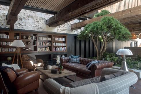 Những tông màu ấm được ưu tiên. Các loại đồ gốm gần gũi, chất liệu vải thoải mái và ghế sofa kiểu quán rượu được chọn làm không gian sống thêm phần ấm cúng.