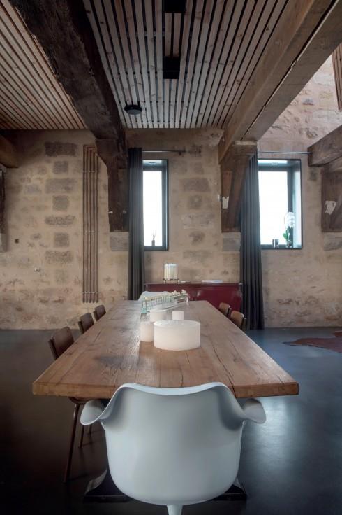 Trần nhà bằng gỗ thông sơn bóng mang đến sự ấm cúng đồng thời cách nhiệt cho nhiều khu vực khác nhau trong nhà.