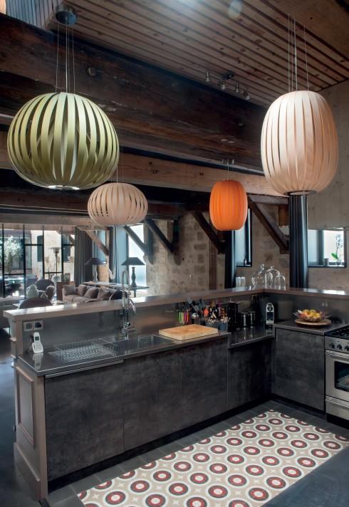Sàn nhà lát gạch cũ được gỡ bỏ và thay thế bằng sàn bê tông đánh dầu bóng đối với phòng ăn, phòng khách, khu vực bếp.