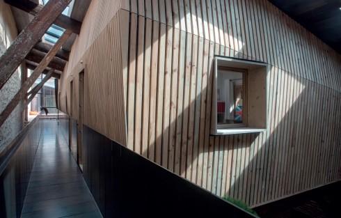Các giếng trời được trổ trên nóc nhà để ánh sáng có thể tự do chảy vào các hộp. Những cửa sổ lớn bằng thép nhô ra ngoài được đặt hướng về phía sân để hứng được nhiều nhất ánh sáng rọi vào trong các căn phòng.