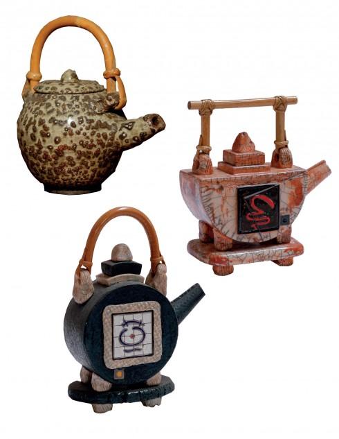 Gốm Raku của Nhật gợi nhớ đến chén trà, riêng với Khưu Đức, ấm trà là một mảng đề tài phong phú trong chế tác gốm Raku.