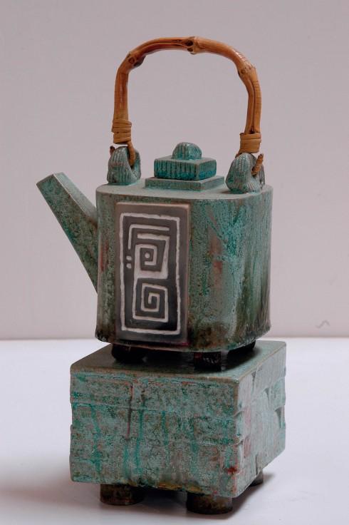 Ngôn ngữ thể hiện lên gốm Raku của Khưu Đức là những đường nét mạnh mẽ, rắn rỏi, kết hợp với lối phủ men không đồng nhất.