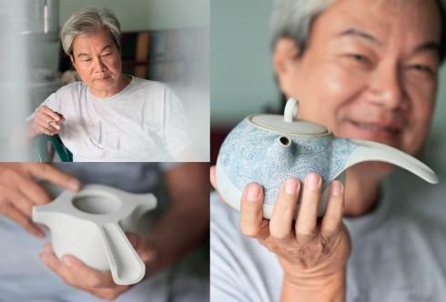 Nghệ sĩ gốm Bạch Văn Nhân cùng các tác phẩm gốm mỹ thuật được anh chế tác.
