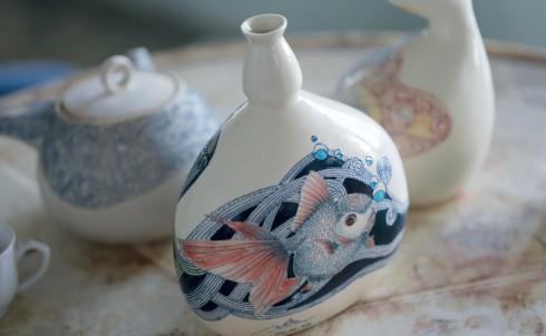 Gốm Nhân là tổng hòa của đường nét hội họa, thêu thùa để kết nên một tác phẩm hoàn chỉnh trên gốm.