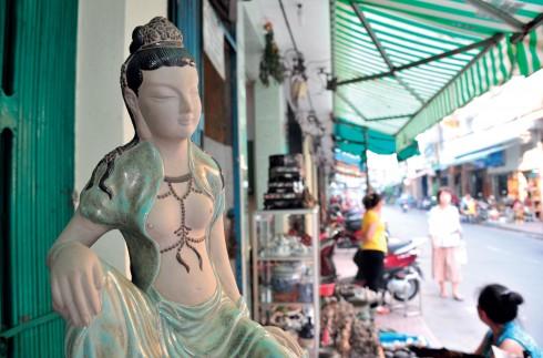 """Tượng nữ thần với sắc men """"xanh đồng trổ bông"""" đặc trưng của gốm Biên Hòa bày bán ở chợ Kiều."""