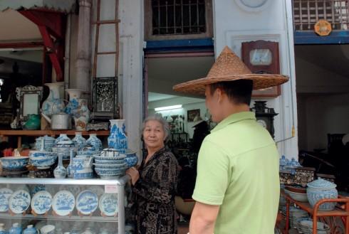 """Giới sưu tầm gốm sứ ở Sài Gòn đều là khách hàng thân thiết của dì Sáu """"hét""""."""