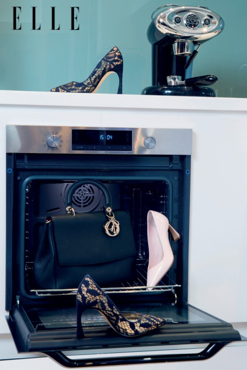 CHRISTIAN DIOR<br><br>Chiếc túi xách Be Dior lần đầu tiên được giới thiệu trong BST Thu - Đông 2014 với phom dáng hiện đại, phù hợp với cuộc sống của người phụ nữ thành thị bận rộn. Túi có quai cầm tay ngắn, nắp đậy thanh lịch và chiếc móc khóa biểu tượng.