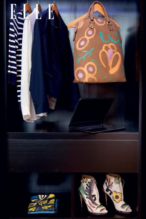 BURBERRY PRORSUM<br><br>Trong BST Thu-Đông 2014 của Burberry Prorsum, chiếc túi Bloomsbury và đôi bốt hở mũi với những họa tiết hoa cỏ được vẽ bằng tay một cách phóng khoáng là minh chứng cho niềm đam mê nghệ thuật của Giám đốc Sáng tạo Christopher Bailey, đồng thời vẫn lưu giữ tinh thần di sản trong những bước tiến của thời đại.