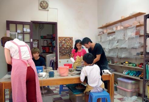 Căn phòng nhỏ chỉ đủ chỗ cho 8 học viên được bao quanh với rất nhiều dụng cụ và sản phẩm của học sinh.