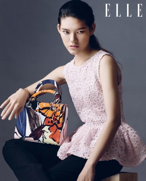 Trang phục, Túi xách Lady Dior Christian Dior<br/>Christian Dior - Thông minh, Đáng yêu, Sống động - đó là những tính từ được dùng để miêu tả BST Cruise 2015 của Christian Dior (trình diễn tại Brooklyn, New York). Giám đốc Nghệ thuật Raf Simons lấy chủ đề chính cho show diễn từ những họa tiết trên khăn lụa (le carré) trong di sản thời trang của Christian Dior, hòa lẫn hoàn hảo chất thướt tha của phụ nữ Pháp với cá tính hiện đại đặc trưng của phụ nữ Mỹ qua những phom dáng thiết kế như áo chiết eo, quần lưng cao và mẫu váy xòe có độ dài trên gối.