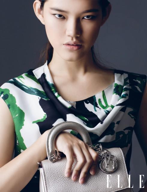 Đầm, Túi xách Be Dior Christian Dior<br/>Christian Dior - Thông minh, Đáng yêu, Sống động - đó là những tính từ được dùng để miêu tả BST Cruise 2015 của Christian Dior (trình diễn tại Brooklyn, New York). Giám đốc Nghệ thuật Raf Simons lấy chủ đề chính cho show diễn từ những họa tiết trên khăn lụa (le carré) trong di sản thời trang của Christian Dior, hòa lẫn hoàn hảo chất thướt tha của phụ nữ Pháp với cá tính hiện đại đặc trưng của phụ nữ Mỹ qua những phom dáng thiết kế như áo chiết eo, quần lưng cao và mẫu váy xòe có độ dài trên gối.