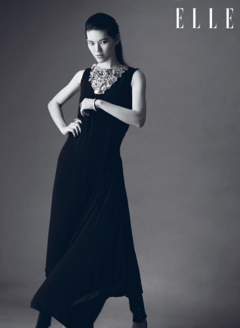 """Trang phục Chanel<br/>Chanel - Tháng 5/2014, NTK Karl Lagerfeld đã mang ê-kíp hùng hậu của Chanel cùng hàng trăm khách mời đến Dubai để chiêm ngưỡng BST Cruise 2015 của hãng. Thay vì đi theo các ảnh hưởng của thời trang thập niên 1970 hay 1980 - xu hướng đang thịnh hành, NTK Karl Lagerfeld muốn tái hiện thông qua BST một phương Đông huyền bí, lãng mạn và hiện đại, """"một phiên bản mới của câu chuyện Nghìn lẻ một đêm"""". Bởi thế, ta có thể thấy trong BST những chiếc áo tunic, quần harem, kiểu tóc chải phồng ngược ra sau, trang sức tóc và giày Aladdin... được"""