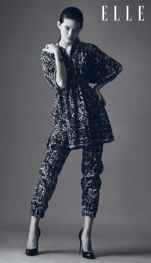 """Trang phục Chanel, Giày Christian Louboutin<br/>Chanel - Tháng 5/2014, NTK Karl Lagerfeld đã mang ê-kíp hùng hậu của Chanel cùng hàng trăm khách mời đến Dubai để chiêm ngưỡng BST Cruise 2015 của hãng. Thay vì đi theo các ảnh hưởng của thời trang thập niên 1970 hay 1980 - xu hướng đang thịnh hành, NTK Karl Lagerfeld muốn tái hiện thông qua BST một phương Đông huyền bí, lãng mạn và hiện đại, """"một phiên bản mới của câu chuyện Nghìn lẻ một đêm"""". Bởi thế, ta có thể thấy trong BST những chiếc áo tunic, quần harem, kiểu tóc chải phồng ngược ra sau, trang sức tóc và giày Aladdin... được"""
